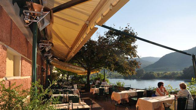 Restaurantterrasse am Fluss mit Terrassenstrahlern von Schwank.