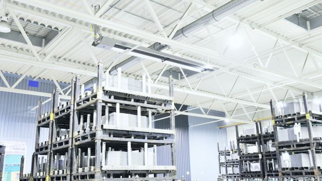 Ein Dunkelstrahler von Schwank an der Decke einer Industriehalle.
