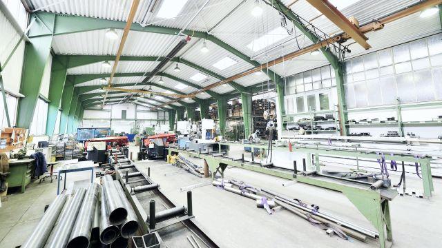Lange Dunkelstrahler von Schwank an einer Hallendecke in der Industrie.