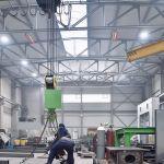 Dva světlé zářiče řady supraSchwank v průmyslové budově.