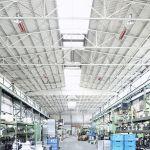 Některé světlé zářiče řady supraSchwank v průmyslové hale.