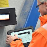 Někdo ovládá ovládací systém SchwankControl Touch pro topné systémy od společnosti Schwank.