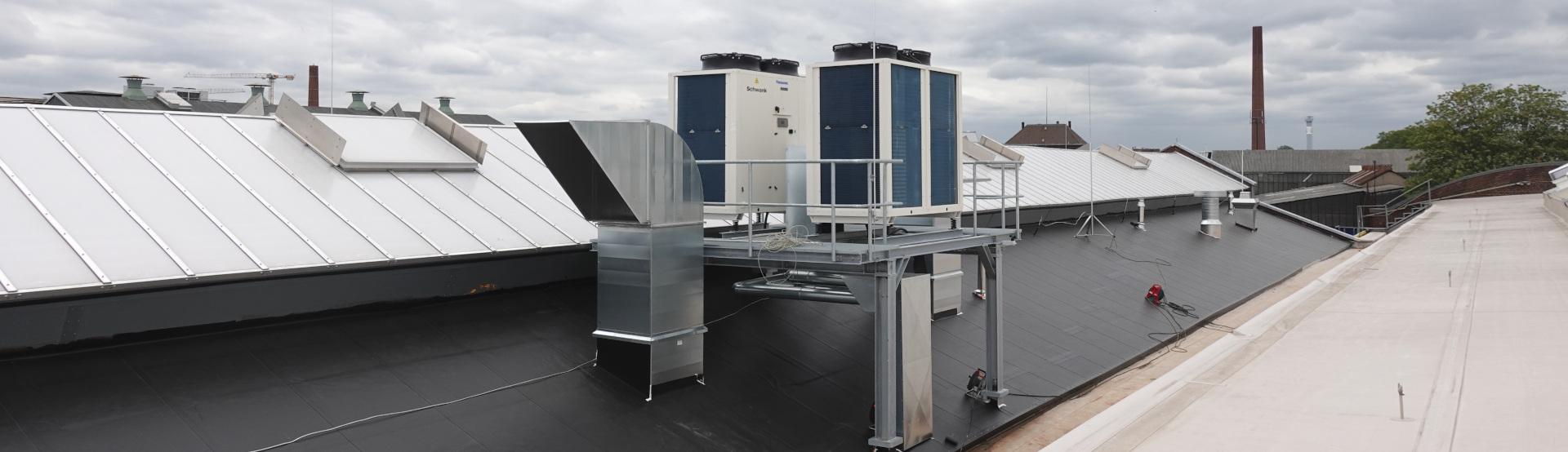 Dva chillery Schwank na střeše průmyslové budovy